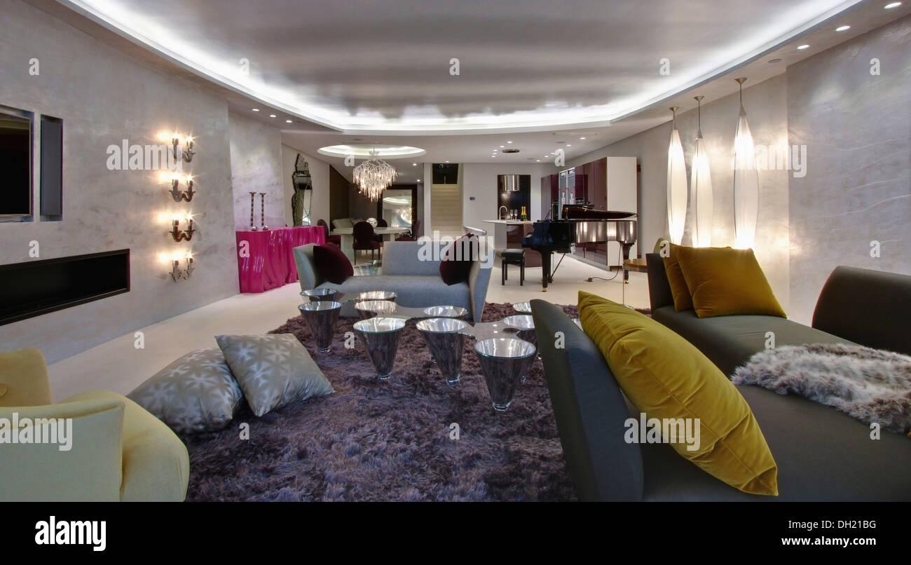 Beleuchtung Mit Leuchtstofflampen An Vertieften Decke In Grosse Offene Wohnung Wohnzimmer Grauen Shag Stapelwolldecke Stockfoto