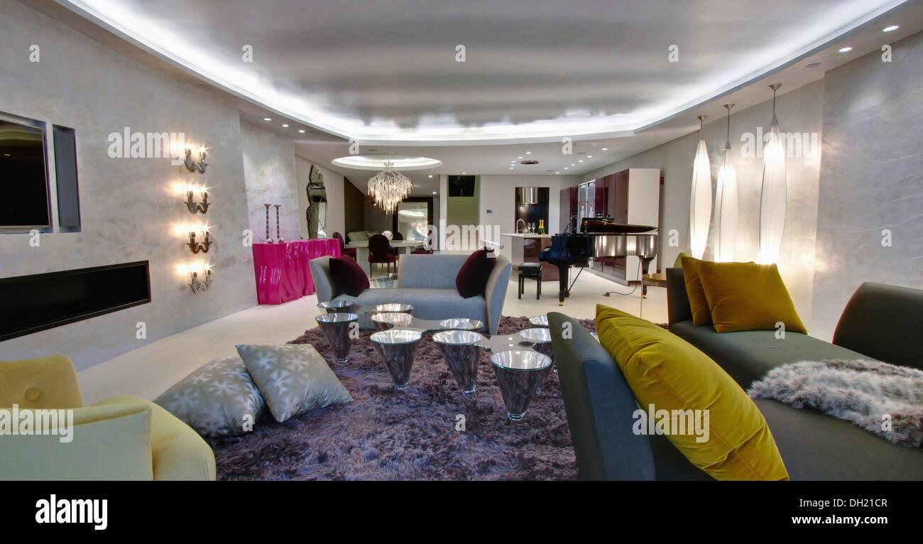 Leuchtstofflampen Auf Zwischendecke In Großen Offenen Spanischen Wohnung  Mit Grau Und Kleinen Konischen Tabellen Auf Haufen Shag Teppich