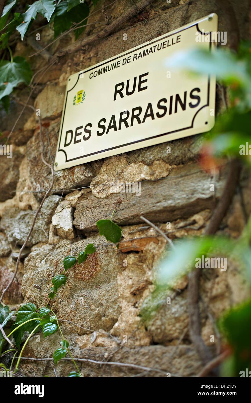 Rue Des Sarrasins Straßenschild, Ramatuelle, Frankreich. Stockbild