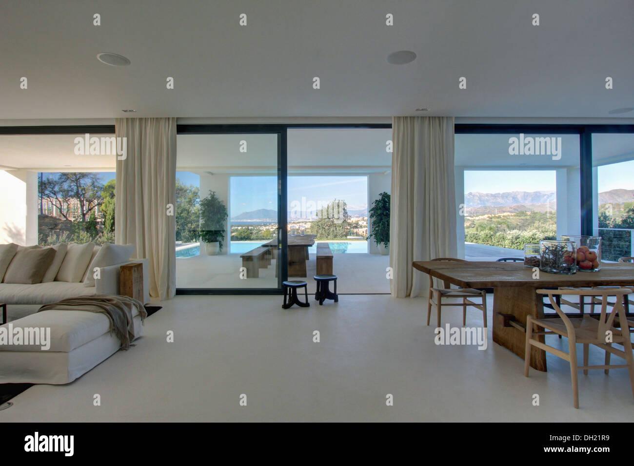 Weisse Boden In Grossen Ess Und Wohnzimmer In Offene Spanische Villa