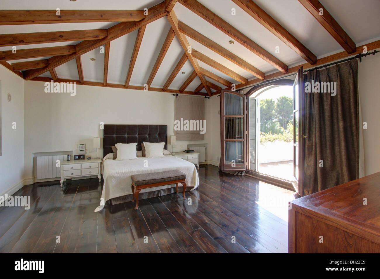 Weisse Bettwasche Auf Polsterbett In Holzbalken Spanischen
