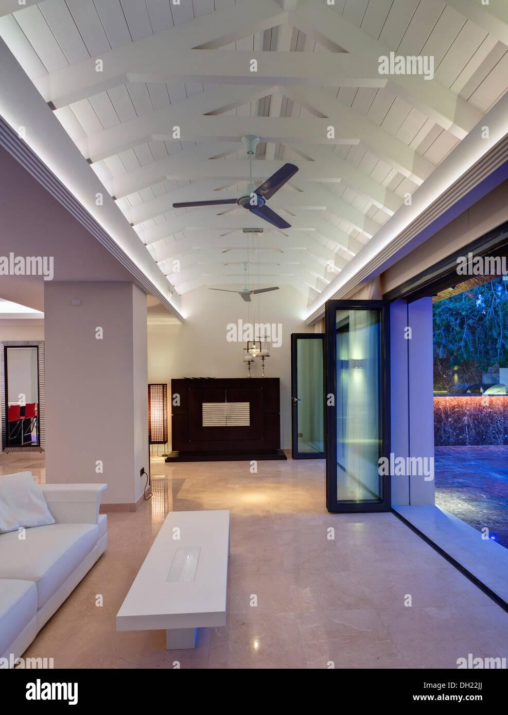 Couchtisch und weißen Sofa vor Glastüren im Wohnzimmer mit weißen ...