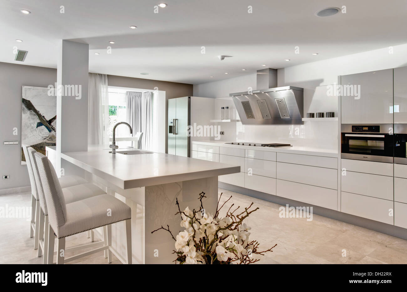 Weiß Hocker an Frühstücksbar in großen weißen Küche im neu erbauten ...