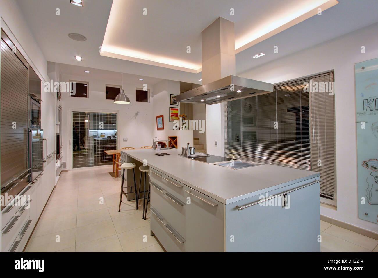 Entzuckend Extraktor über Dem Kochfeld In Insel Einheit In Großen Modernen Spanischen  Wohnung Küche Mit Leuchtstofflampen Auf Vertiefte Zwischendecke