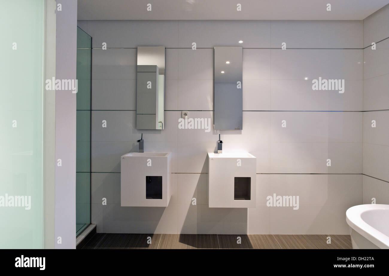 Rechteckige Spiegel über Doppelwaschbecken in Unterschränke ...