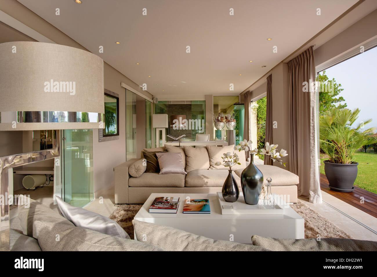 Bequeme Sofas Und Weißen Plexiglas Couchtisch Im Großen Wohnzimmer