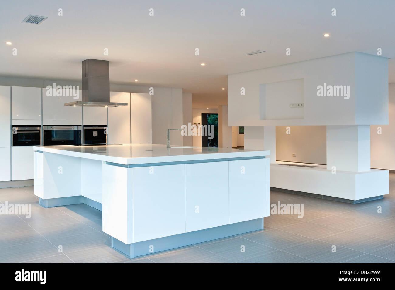 Dunstabzugshaube über insel gerät in großen leeren all weiße küche