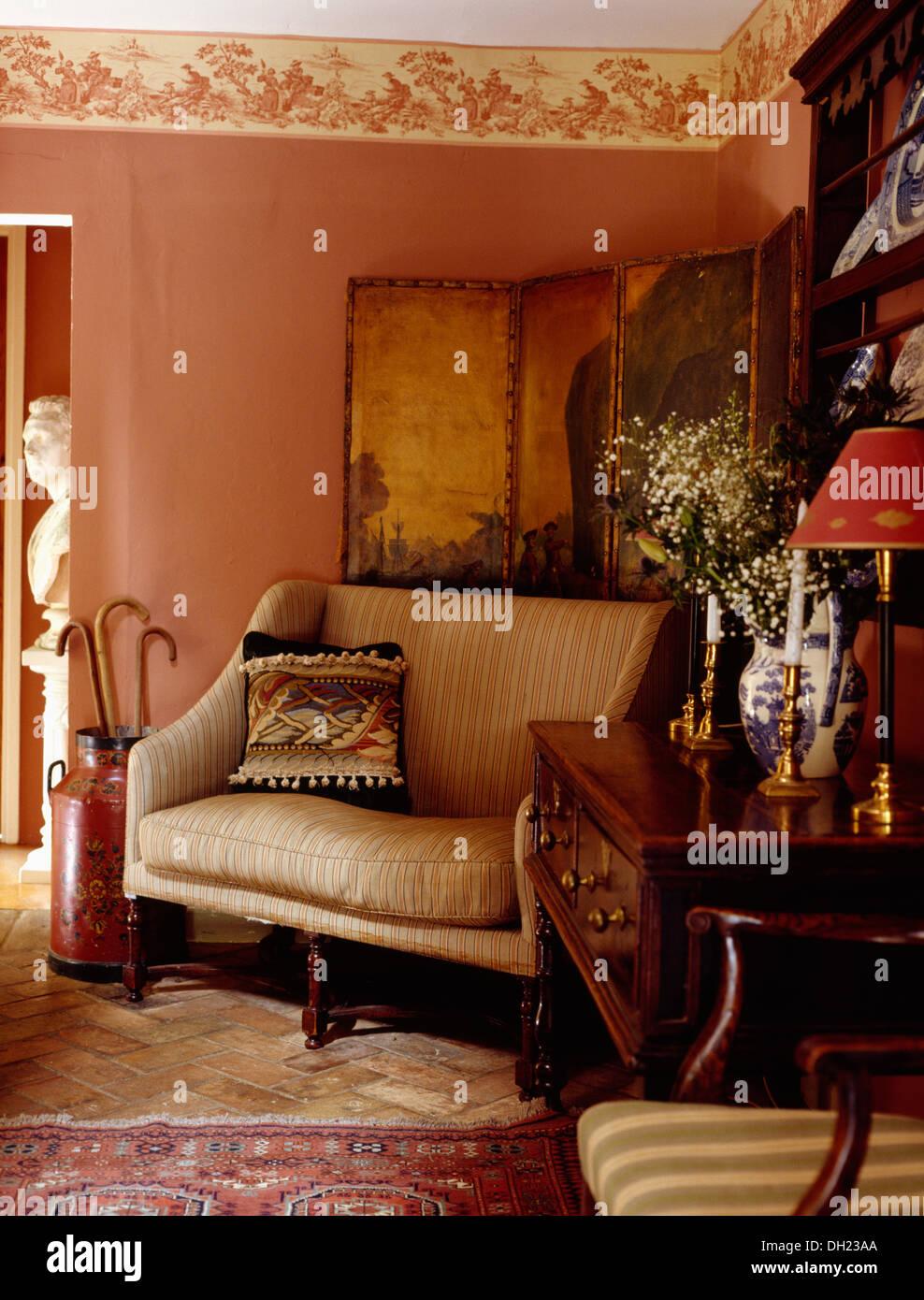 Hervorragend Creme Sofa Vor Antike Bemalte Leinwand In Rosa Hütte Wohnzimmer Mit  Wand Fries Und Antike Kommode