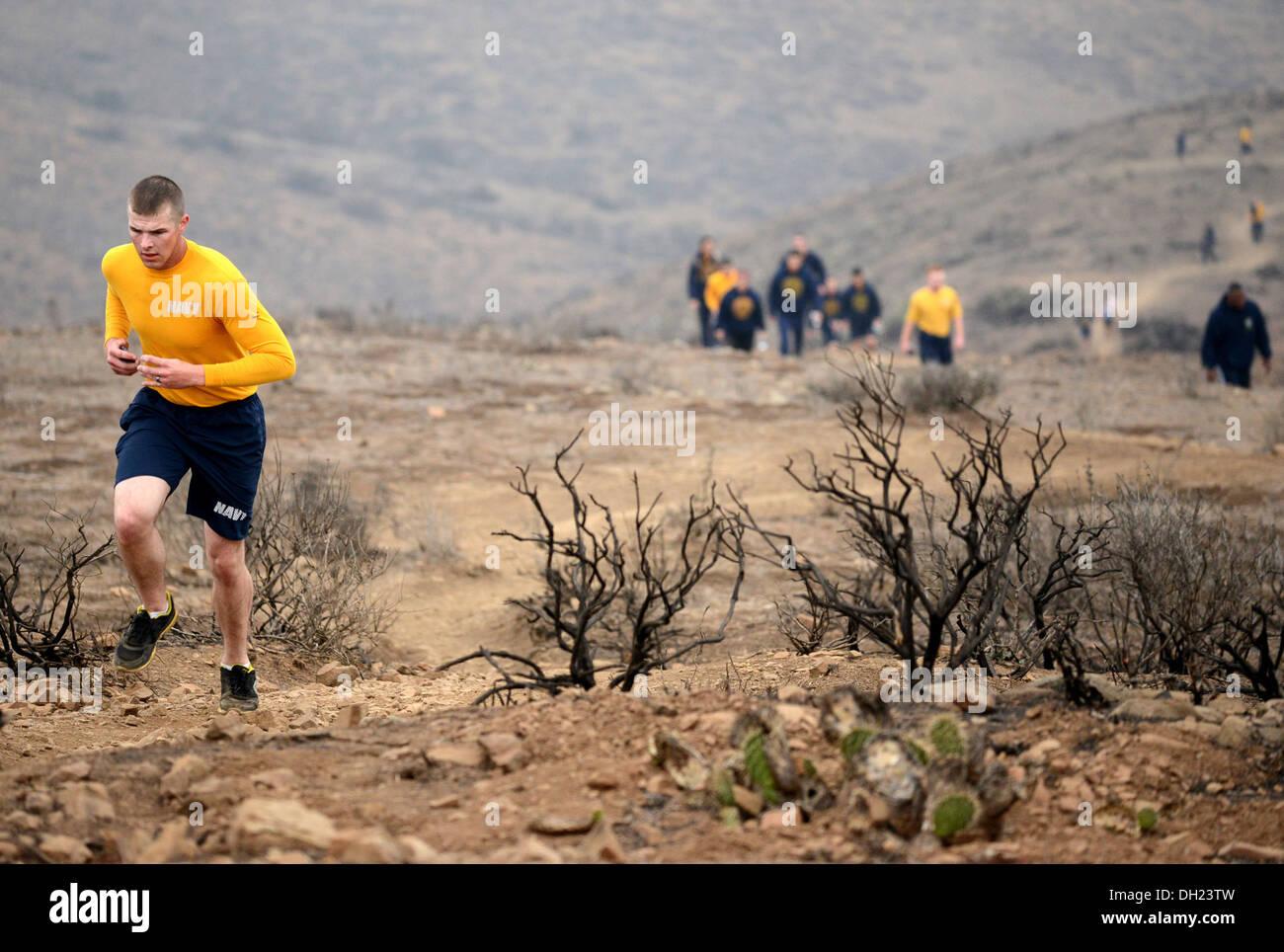 Baumeister 2. Klasse Clinton Howell, aus Shelbyville, Texas, Wanderungen die Chumash Spur während körperliches Stockbild