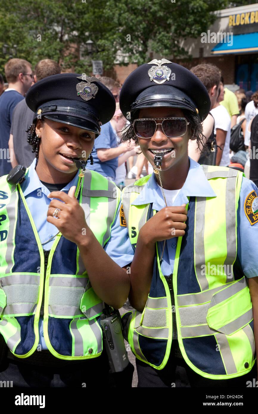 Zwei glückliche schwarze Frauen der Polizei regelt den Verkehr mit Trillerpfeifen bei Grand Old Day Festival St.Paul Minnesota MN USA Stockbild