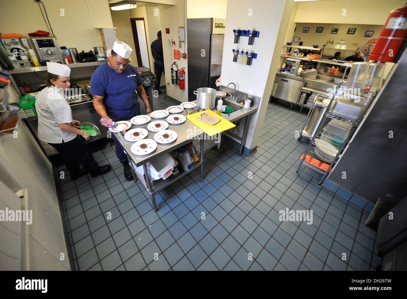 Petty Officer 2. Klasse Steena Berg und Petty Officer 2. Klasse Jeffrey Watkins, Food-Service-Spezialisten von Coast Guard Station Little Creek in Virginia Beach, VA., Vorspeisen und Desserts vorbereiten ein Kochwettbewerb am Bahnhof, Montag, den 28. Okt. 2 Stockbild