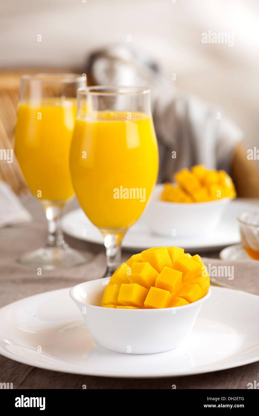 Frische golden Mango serviert mit Mango-smoothie Stockbild