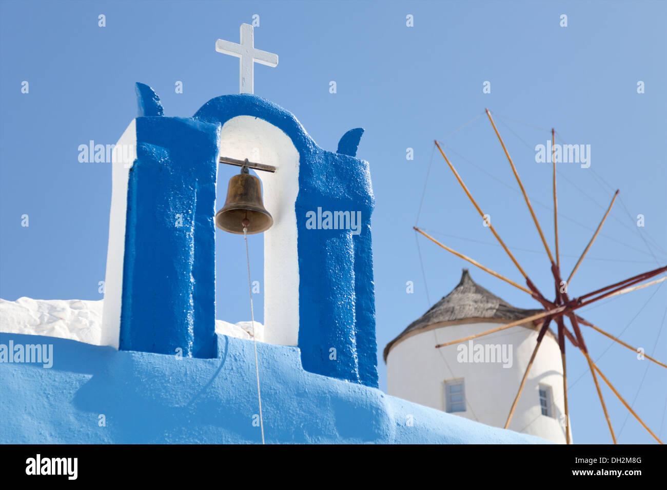 Windmühle und ein Kreuz mit einer Glocke, Santorin Stockbild