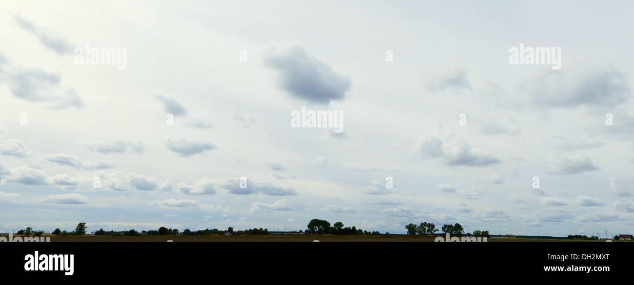 Wolken am Himmel oder Panorama-Landschaft mit Horizont, stürmisches Wetter Stockbild