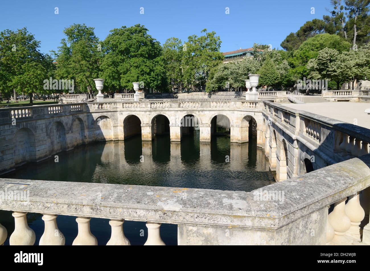 Dekorative Pool und klassischen Garten Design \