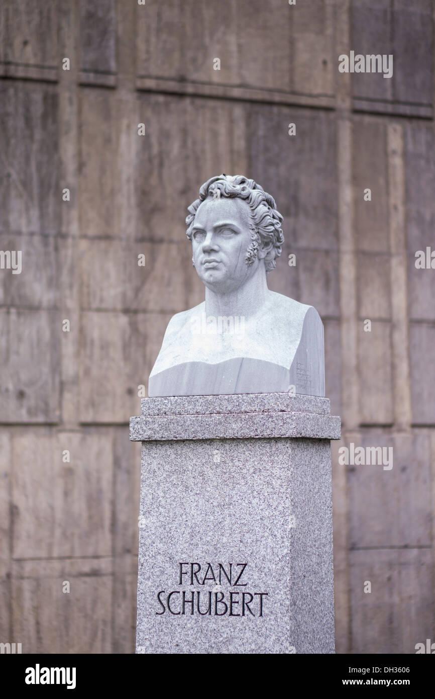 Skulptur zeigt Komponist Franz Schubert vor Konzerthaus Liederhalle, Stuttgart, Baden-Württemberg, Deutschland, Europa Stockbild