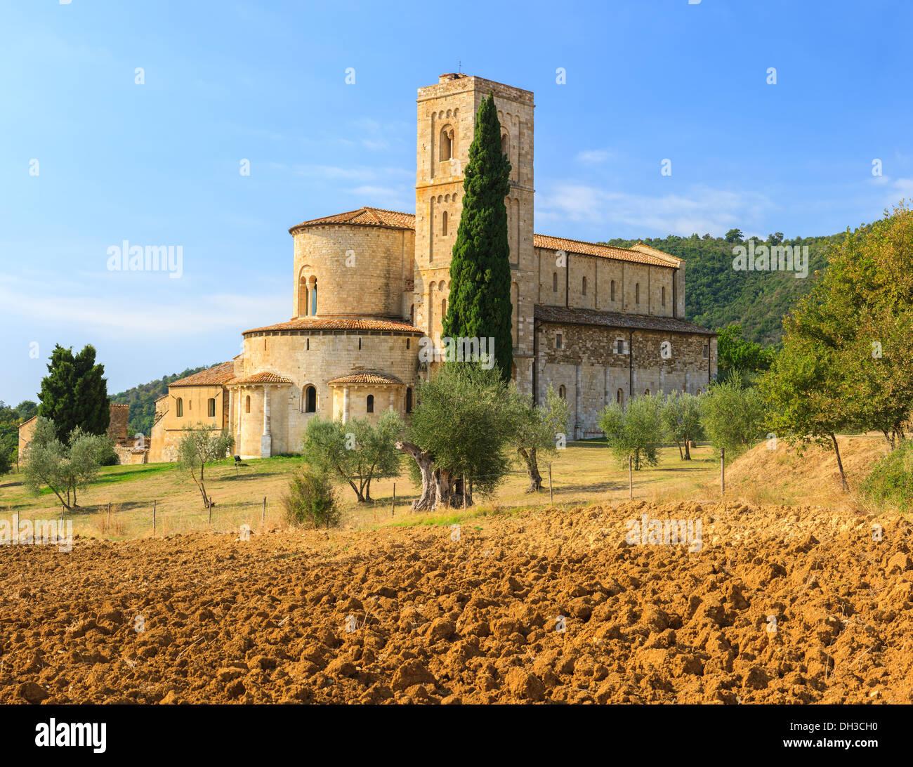 Die Abtei Sant'Antimo ist ein ehemaliges Benediktinerkloster in der Comune von Montalcino, Toskana, Mittelitalien Stockbild