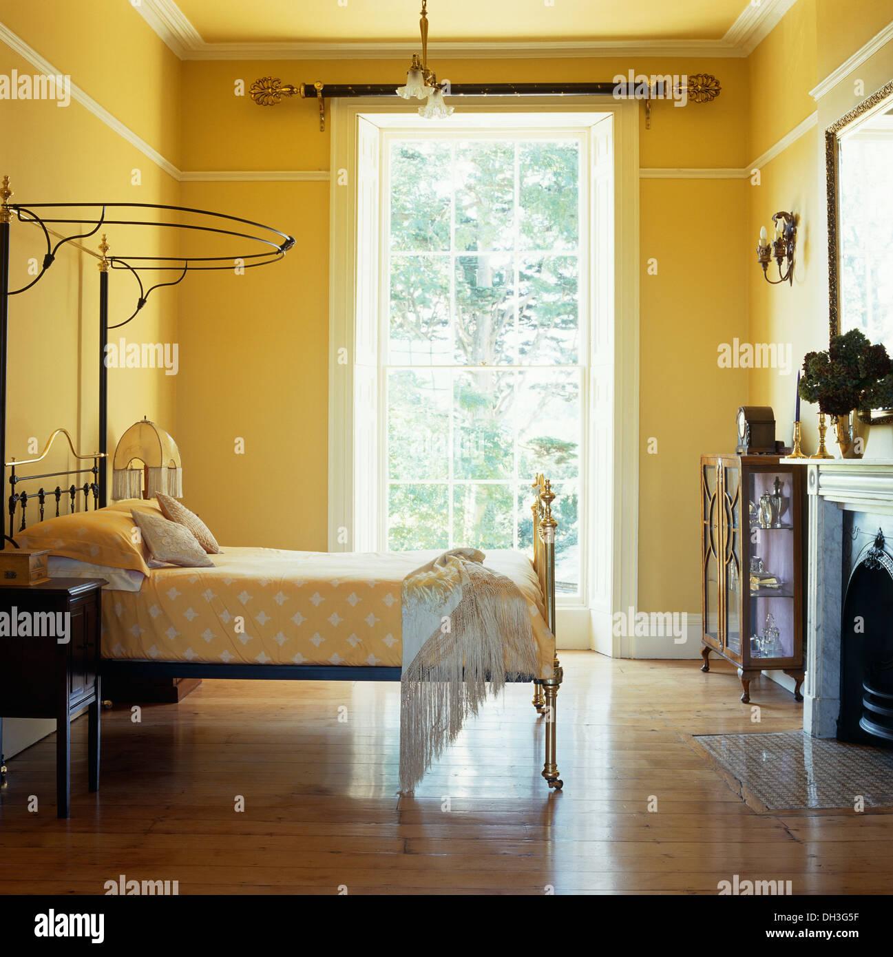 messing antik halbe tester bett mit blass orange bettw sche in gelb reihenhaus schlafzimmer mit. Black Bedroom Furniture Sets. Home Design Ideas