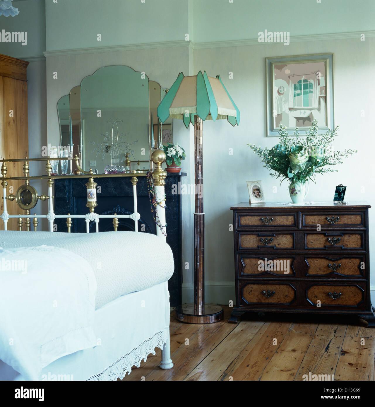 Weiße Wäsche auf antikem Messingbett im Schlafzimmer Stadthaus mit ...