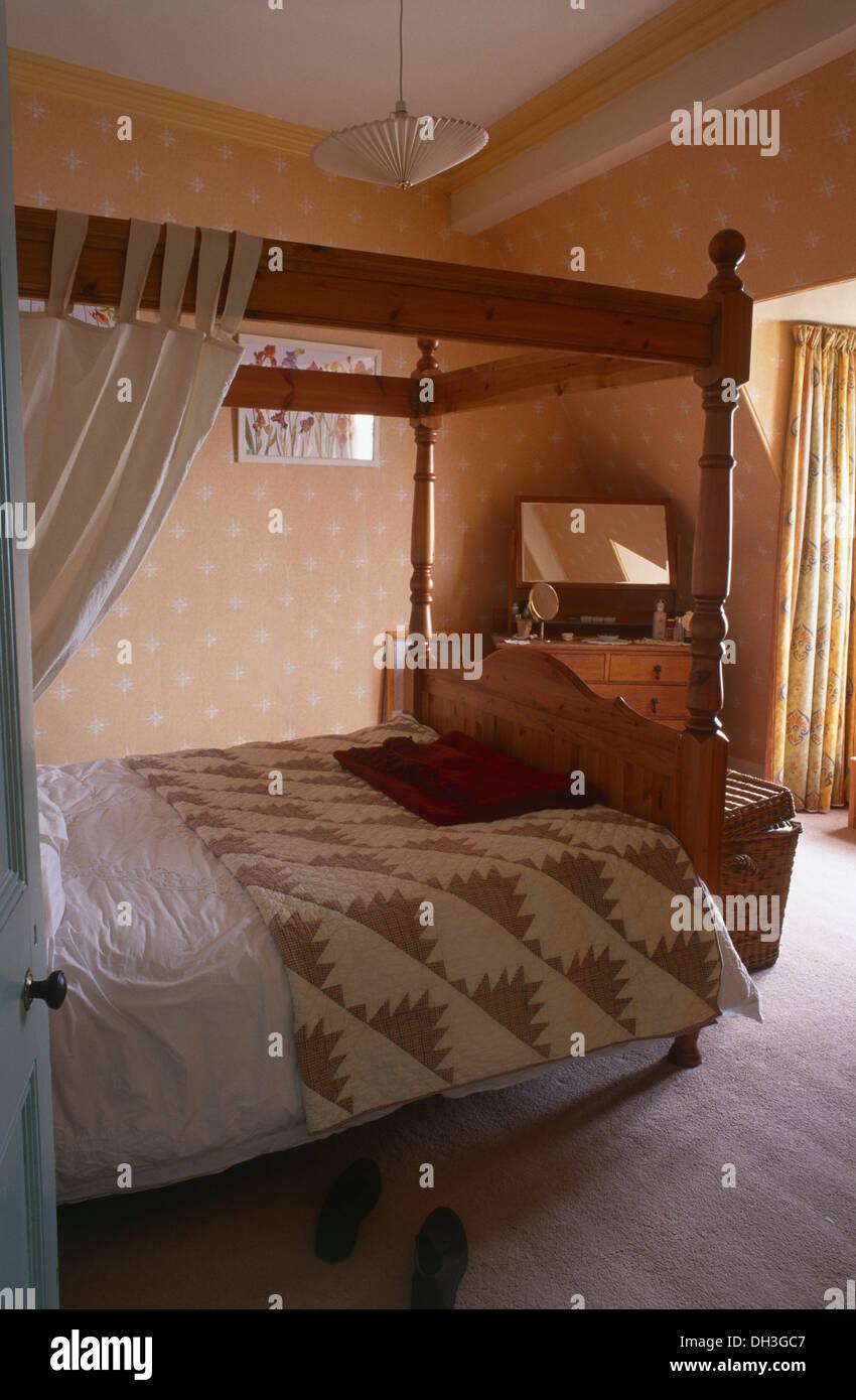 Neutrale Flickenteppich Auf Hölzernen Himmelbett Mit Weißen Vorhänge Im  Schlafzimmer Mit Pfirsich Stockbild