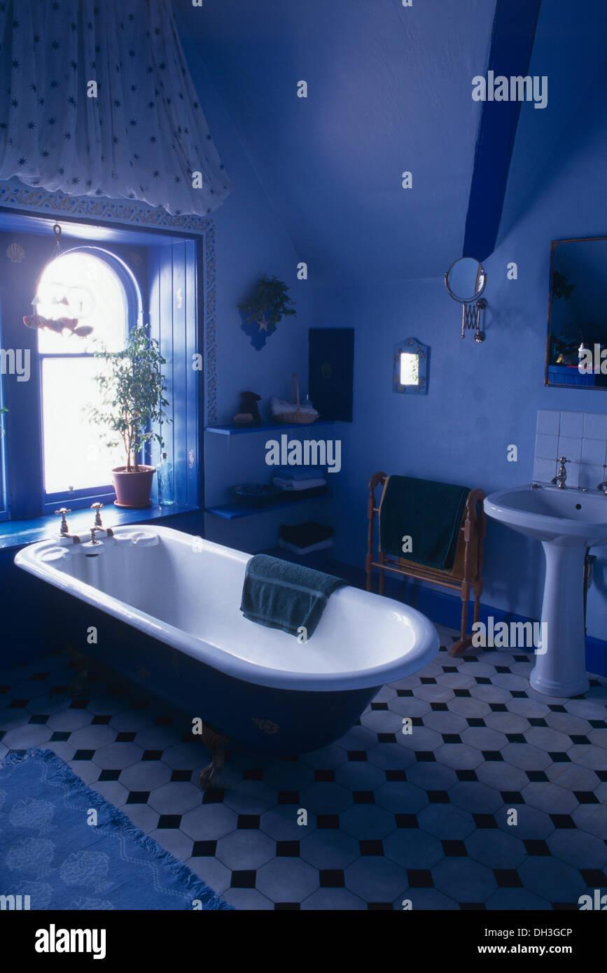 Roll Top Bad Unter Fenster In Hellen Blau Badezimmer Mit Schwarz + Weiß  Gefliesten Boden Und Weißen Sockel Becken