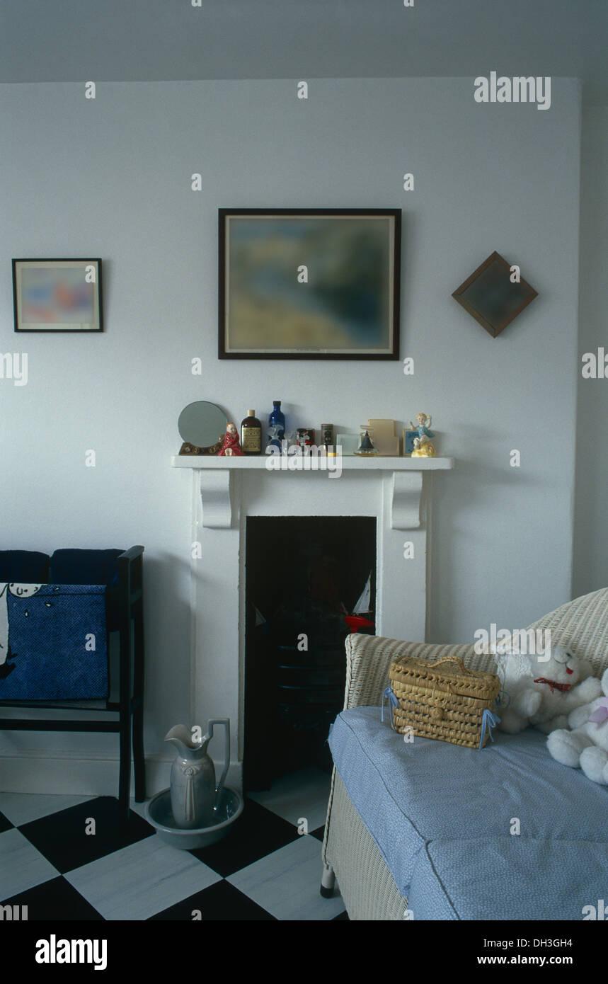 Kleine Weisse Gemalten Kamin Im Badezimmer Der Kinder Mit Wicker Sofa