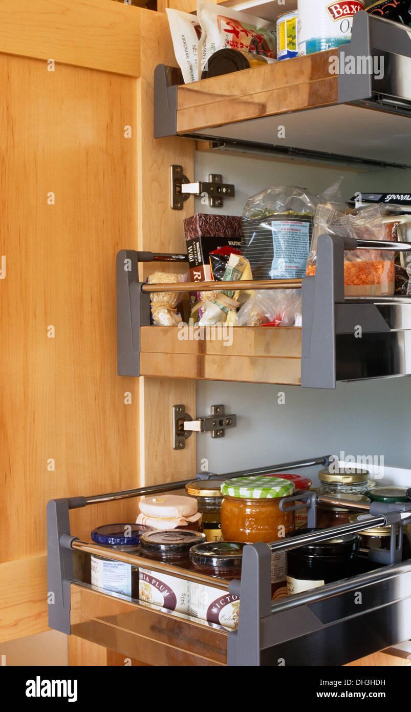 Nahaufnahme des ausziehbaren Schubladen im Küchenschrank ...