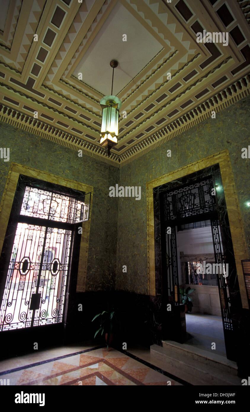 https://c8.alamy.com/compde/dh3jwf/art-deco-interieur-der-bacardi-building-havanna-dh3jwf.jpg