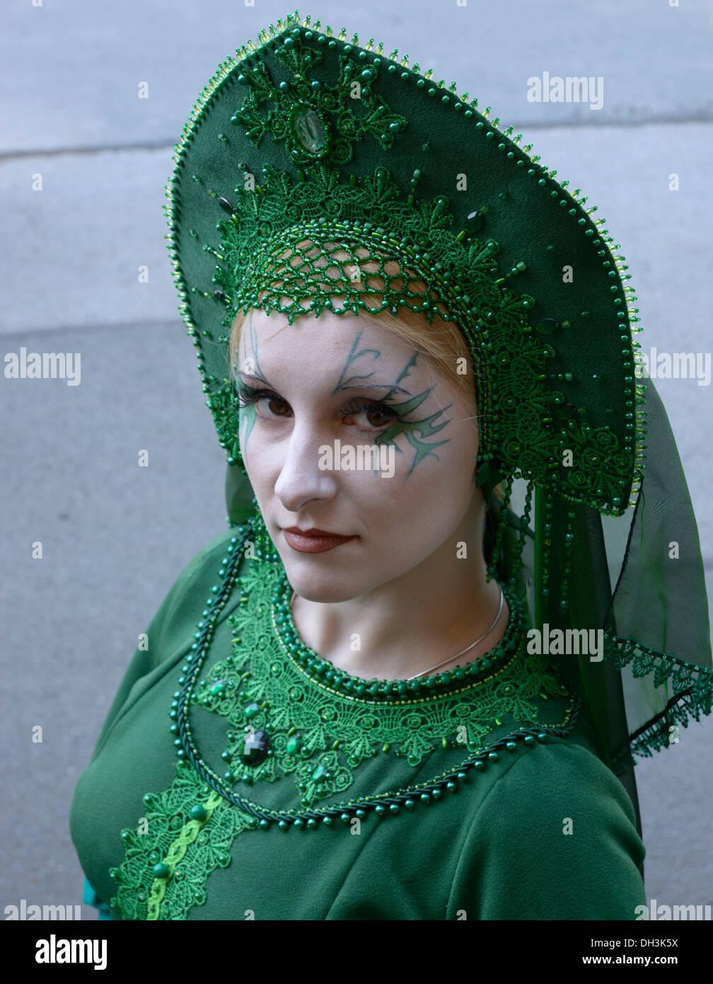 Junge Frau In Szene Kleidung Inspiriert Von Russischer Folklore