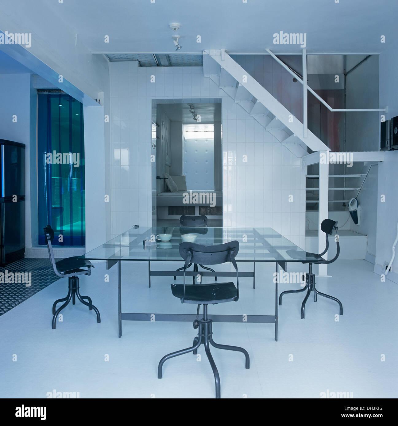 Chrom + Leder Stühle schwenken bei großen Glastisch in offene Halle ...