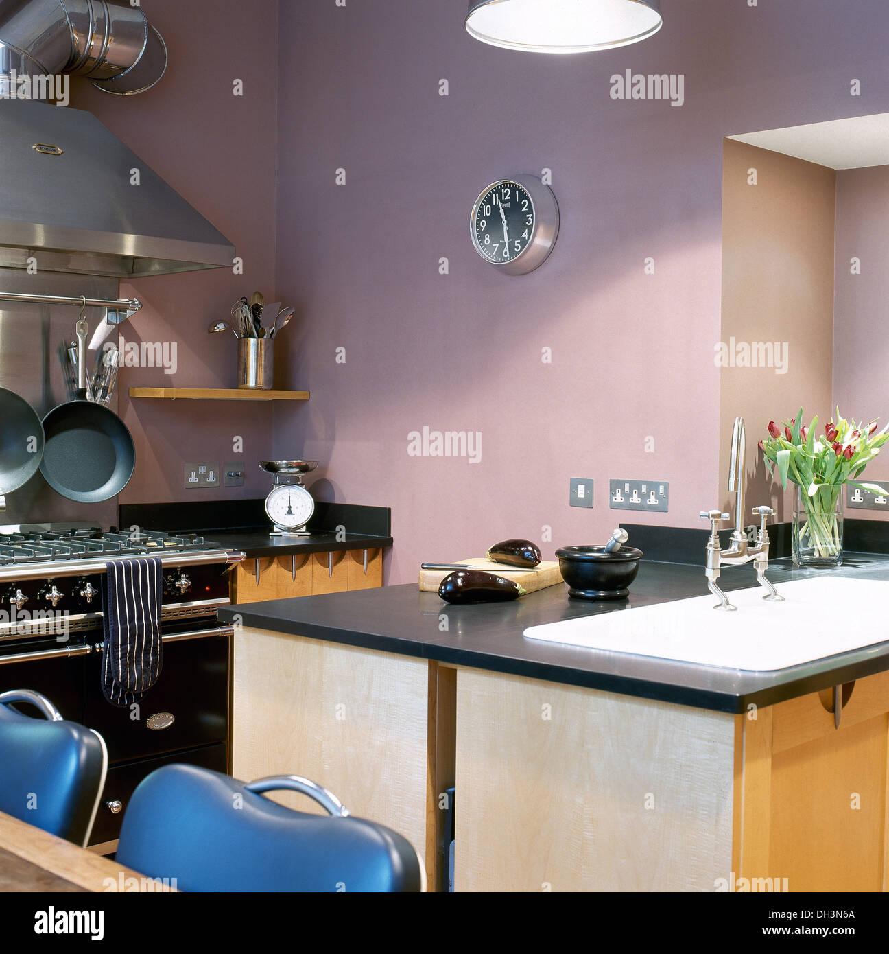 Schwarzer Granit Spitze Insel Einheit in modernen lila Küche mit ...