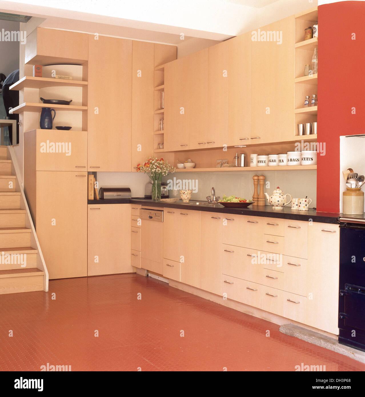 Terrakotta geflieste Boden in modernen Keller Küche mit ...
