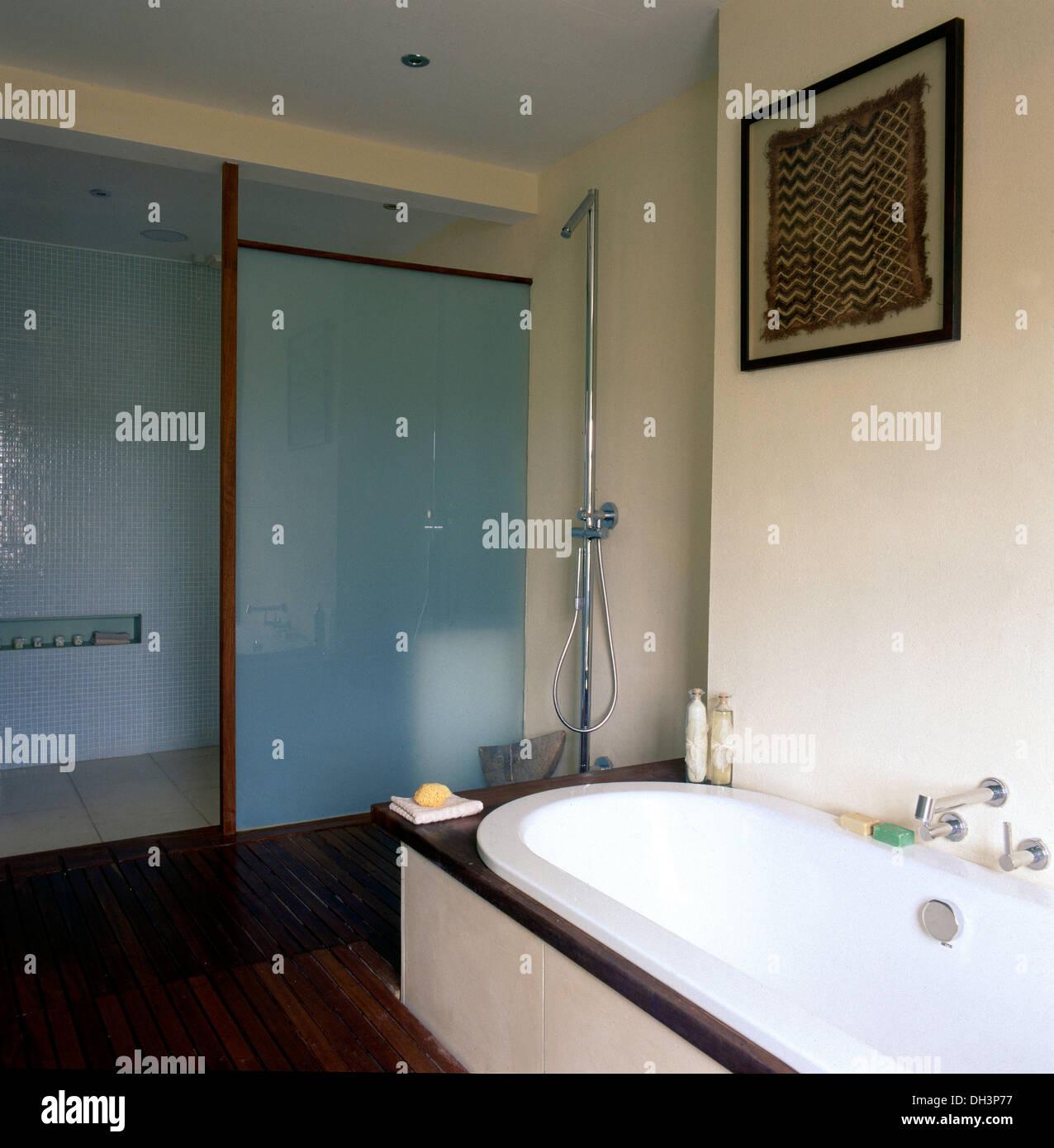 Spaziergang in Dusche und Badewanne mit gefliesten Surround ...