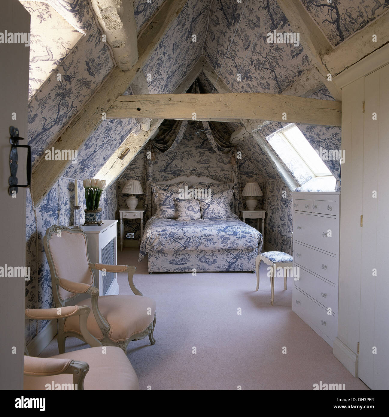 blau wei toile de jouy tapete und koordinierte bettdecke im dachgeschoss schlafzimmer mit. Black Bedroom Furniture Sets. Home Design Ideas