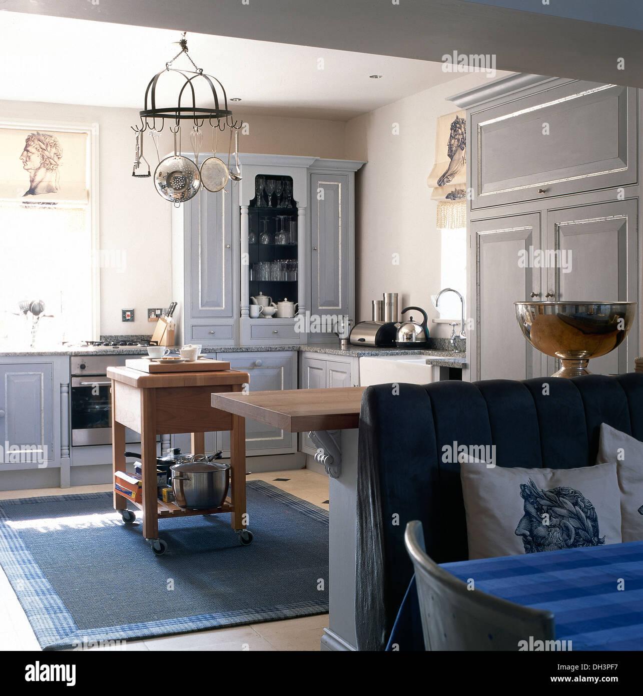 Bankett Sitzplätze Am Tisch Im Essbereich Blass Grau Küche Mit Hängenden  Topf Rack Und Metzgerei Block Und Blauen Teppich