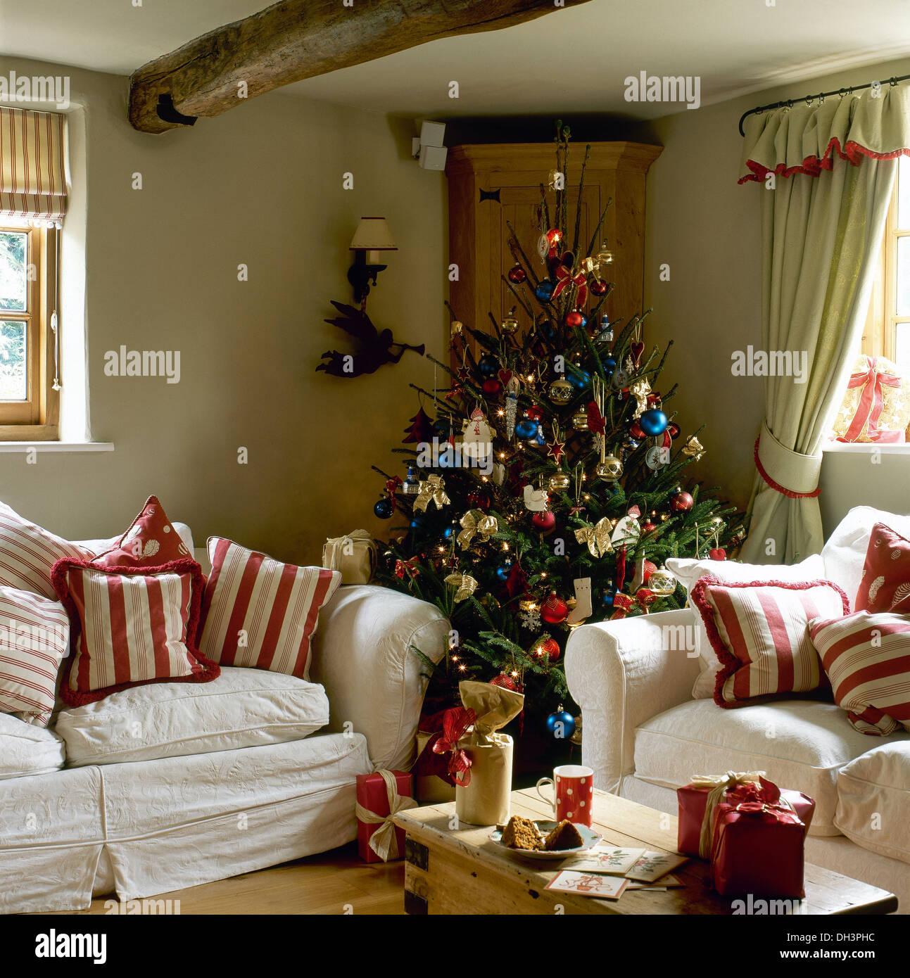 Dekorierten Weihnachtsbaum in der Ecke der Hütte Wohnzimmer mit rot ...