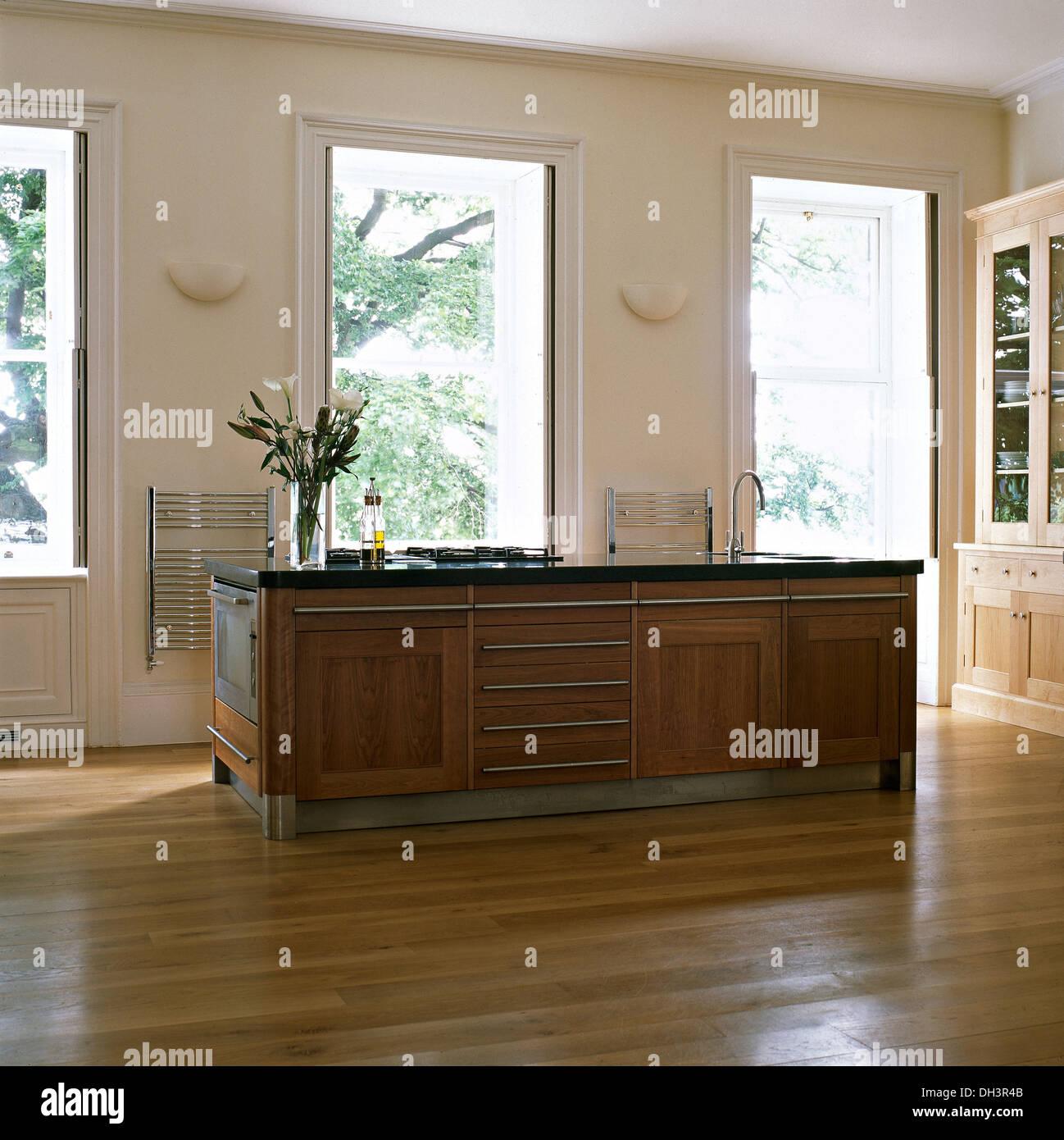 Geräumige, moderne Küche mit Kochinsel und Holzböden Stockfoto, Bild ...
