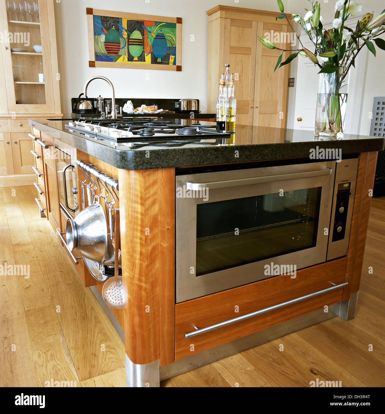 Edelstahl Ofen Und Integral Kochfeld In Kochinsel Einheit In Der Modernen  Küche Mit Holzboden Stockbild
