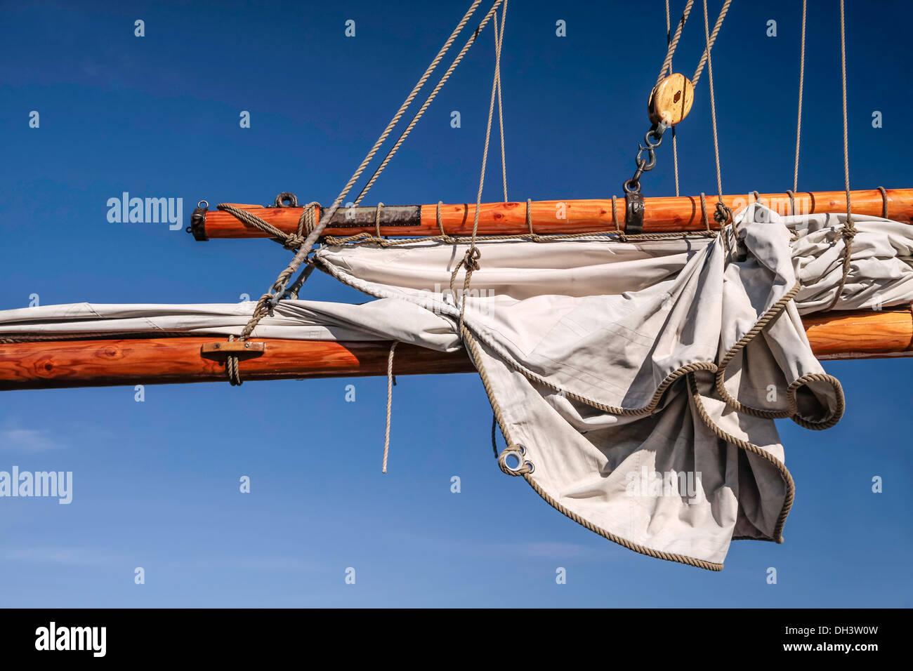 Masten und Segel hoch segelndes Schiff in Amaliehaven