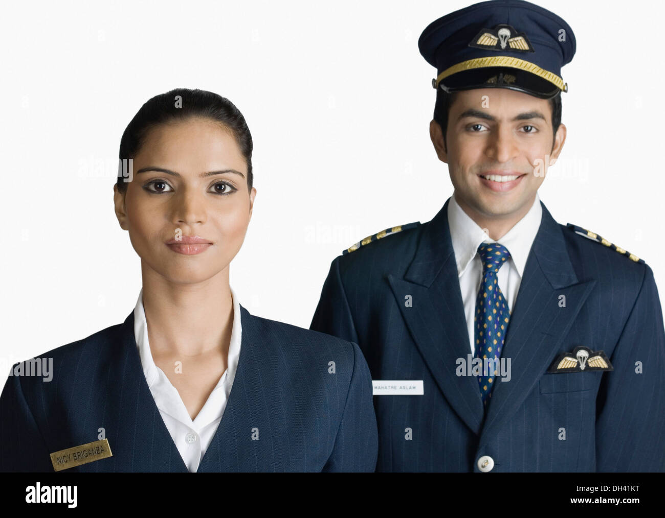 Flugbegleiter mit Piloten anziehen