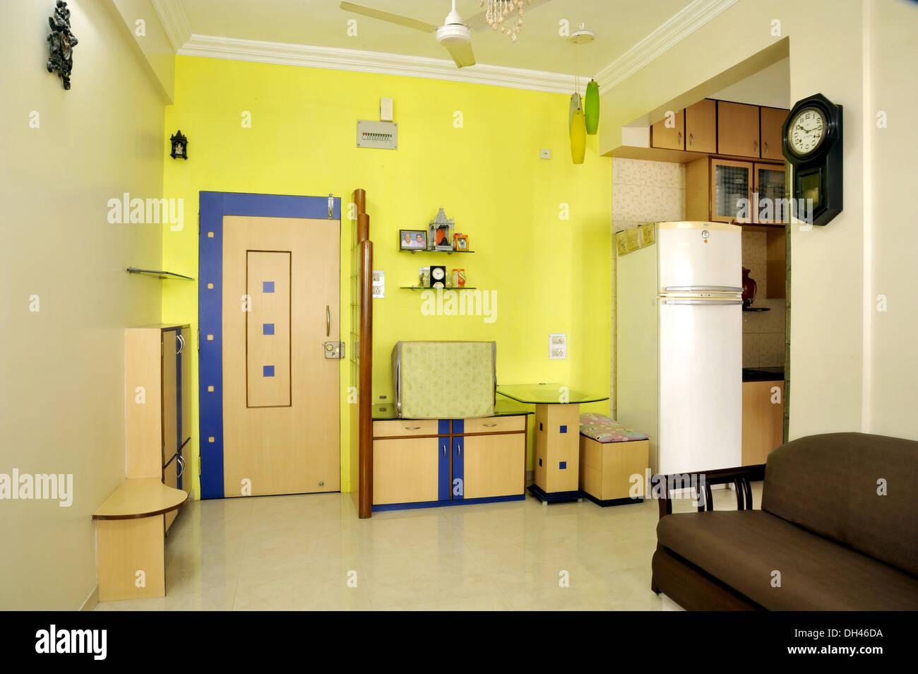 Wohnzimmer Interieur sofa Kühlschrank tisch Tür Uhr in Mumbai ...