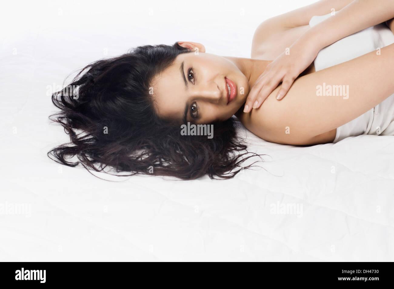 Frau auf dem Bett liegend Stockfoto