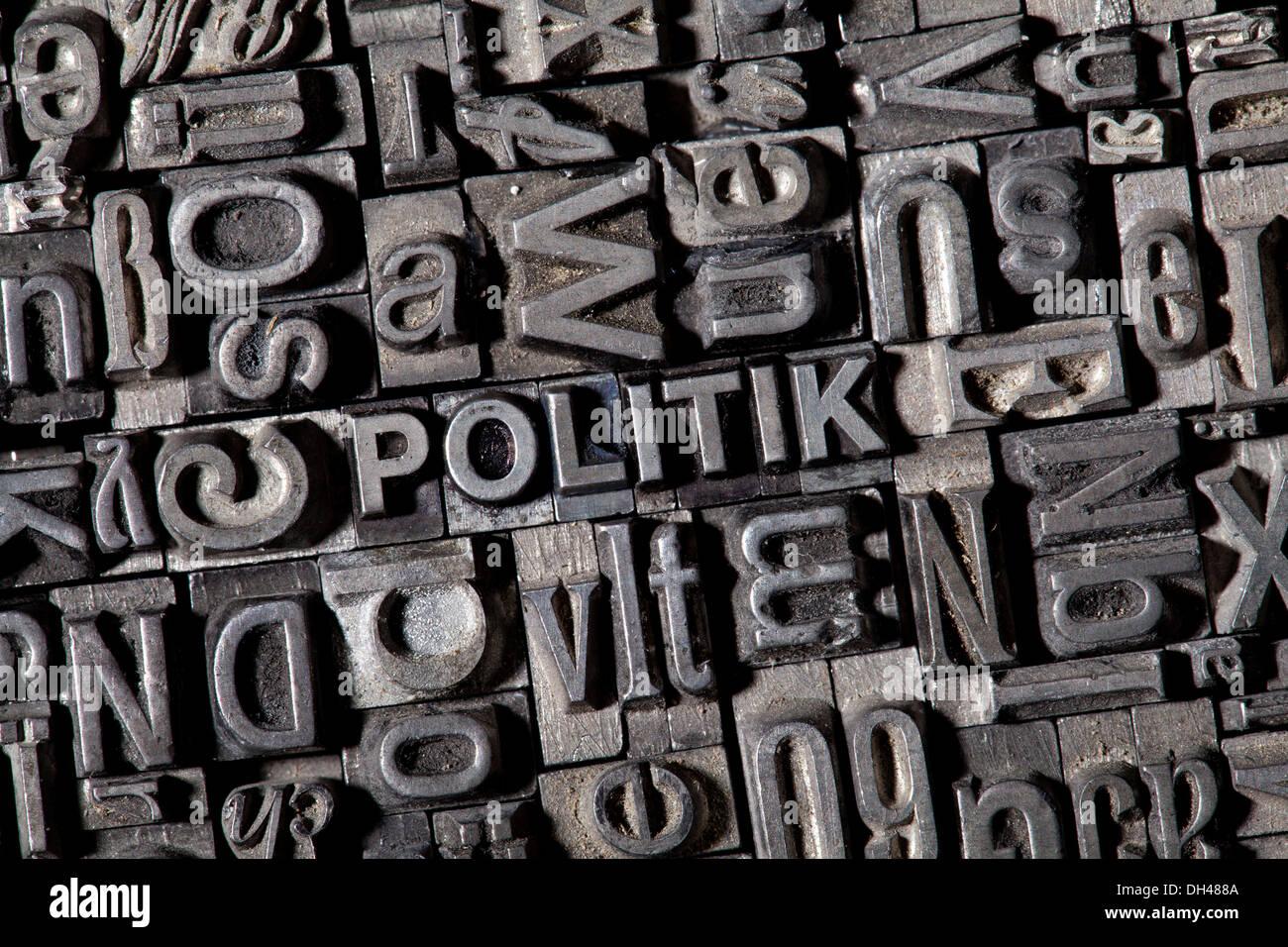 """Alten führen Buchstaben bilden das Wort """"POLITIK"""", Deutsch für """"Politik"""" Stockbild"""