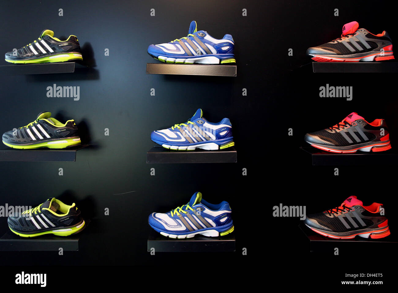 f85c5348852d Herzogenaurach, Deutschland. 30. Oktober 2013. Schuhe von Sportbekleidung  und Zubehör Firma Adidas
