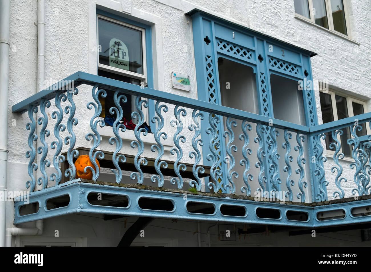 einen Balkon mit einem gusseisernen Geländer (Brüstung) mit einem Halloweenkürbis auf dem display Stockbild