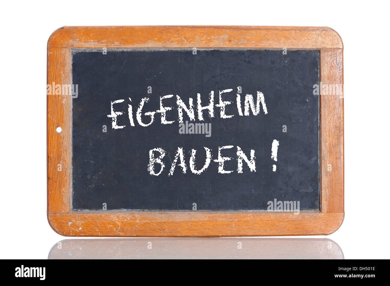 "Alte Kreidetafel, Schriftzug ""EIGENHEIM BAUEN"", Deutsch für ""BUILD A HOUSE"" Stockbild"
