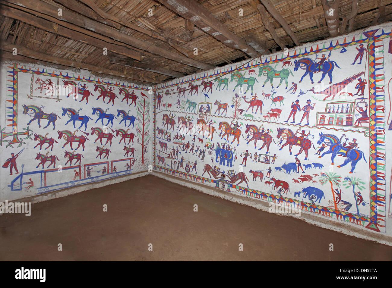 Stammes-Wandmalereien (Pithola Malerei), Bhil Stamm, Madhya Pradesh, Indien Stockbild