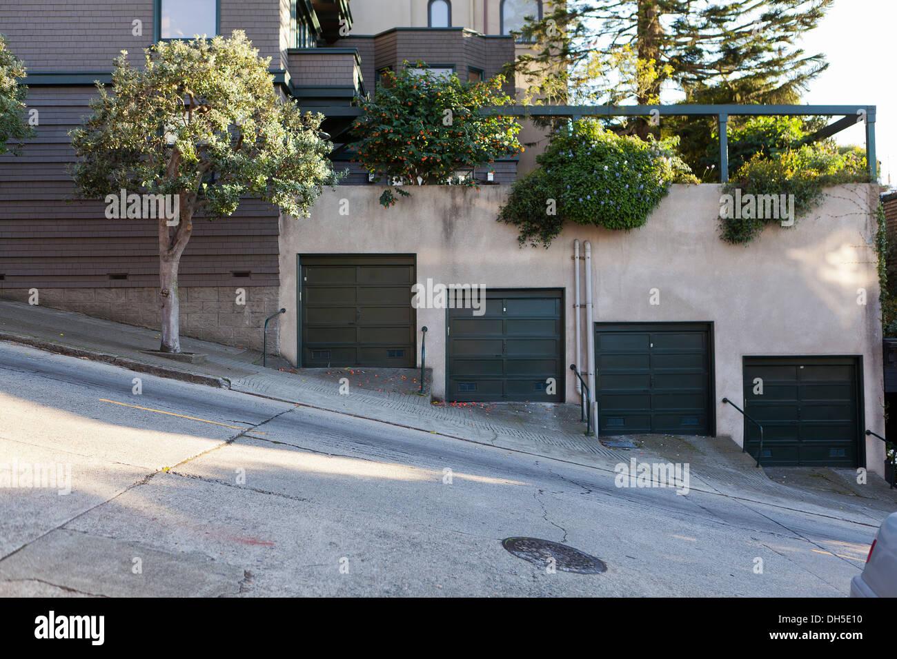 Garagentore In Steilen Grade Wohnstraße   San Francisco, Kalifornien, USA  Stockbild
