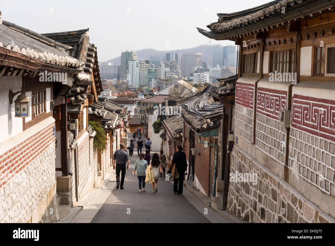 Gegenüberstellung von Architektur. Alte traditionelle koreanische ...