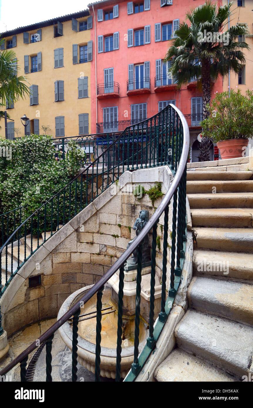 Treppe Brunnen & traditionelle Architektur auf Boulevard du Jeu de Ballon Grasse Alpes-Maritimes Frankreich Stockbild